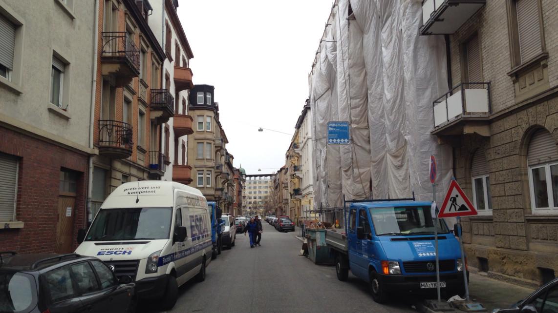 Das verhüllte Gebäude bestimmt das Straßenbild | Foto: M. Schülke