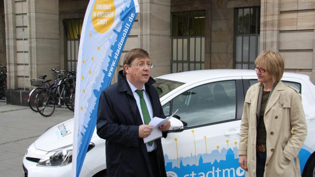 Bürgermeister Lothar Quast und Vorstand stadtmobil Claudia Braun bei der Übergabe der neuen Hybrid-Fahrzeuge | Foto: Stadt Mannheim
