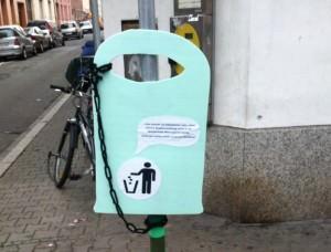 Die von Bürgern aufgehängten Platzhalter-Papierkörbe werden bald durch richtige ersetzt | Foto: Maik Rügemer