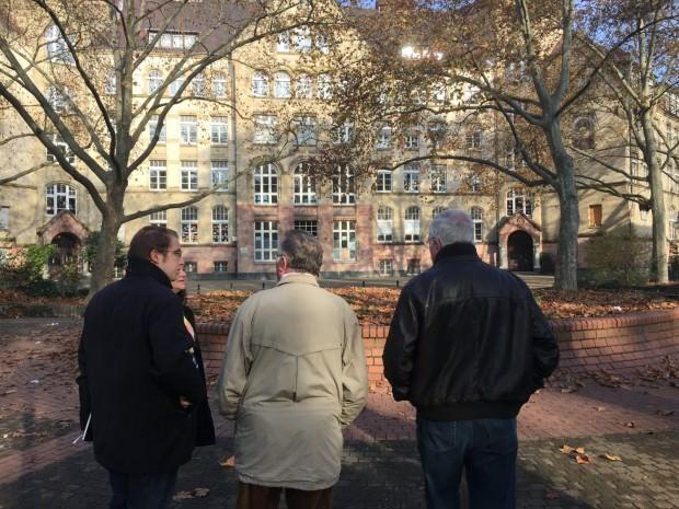 Die CDU-Delegation letzten Herbst im Hof der Humboldtschule, die weiterhin ein akutes Thema im Stadtteil ist | Foto: Neckarstadtblog (Archiv)