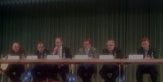 Im fortlaufenden Konflikt mit seinen Mieter/innen: Karl-Heinz Frings (Mitte) hier noch mit seinem Vorgänger Wolfgang Bielmeier (links von ihm) auf einer Informationsveranstaltung | Archivbild: KHP