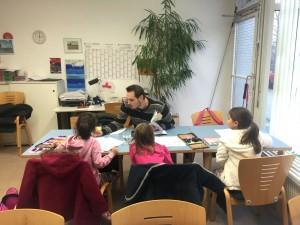 Quartiersbüroleiter Benjamin Klingler bei der ehrenamtlichen Hausaufgabenhilfe | Foto: Neckarstadtblog