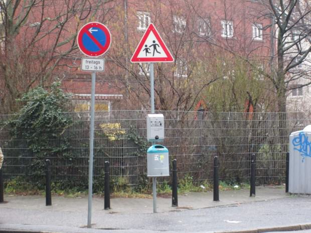 Direkt gegenüber steht ein Tütenspender   Foto: Neckarstadtblog
