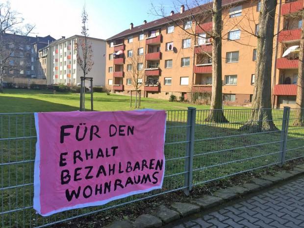 Wie die Mieter vor Ort mit ihrem Plakat setzt sich der Mieterverein für den Erhalt bezahlbaren Wohnraums ein | Foto: Neckarstadtblog