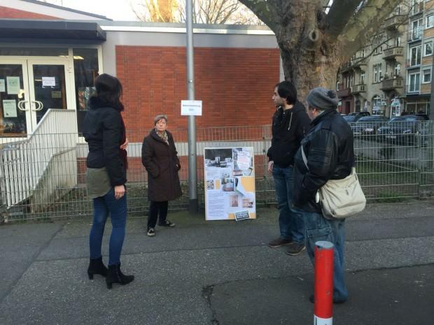 Die Initiative FairMieten hat Informationstafeln aufgestellt. Bezirksbeirat Dennis Ulas informiert sich auch persönlich | Foto: Neckarstadtblog