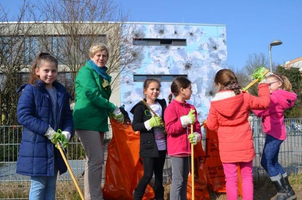 Umweltbürgermeisterin Felicitas Kubala gibt mit Kindern der Käthe-Kollwitz-Schule den Startschuss für die Reinigungswoche | Foto: Stadt Mannheim
