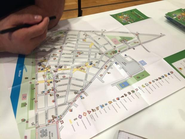 Auf der Karte markiert Maik Rügemer, wo er sich verkehrsberuhigte Bereiche vorstellt und erläutert, wo sogar ganz gesperrt werden könnte | Foto: M. Schülke