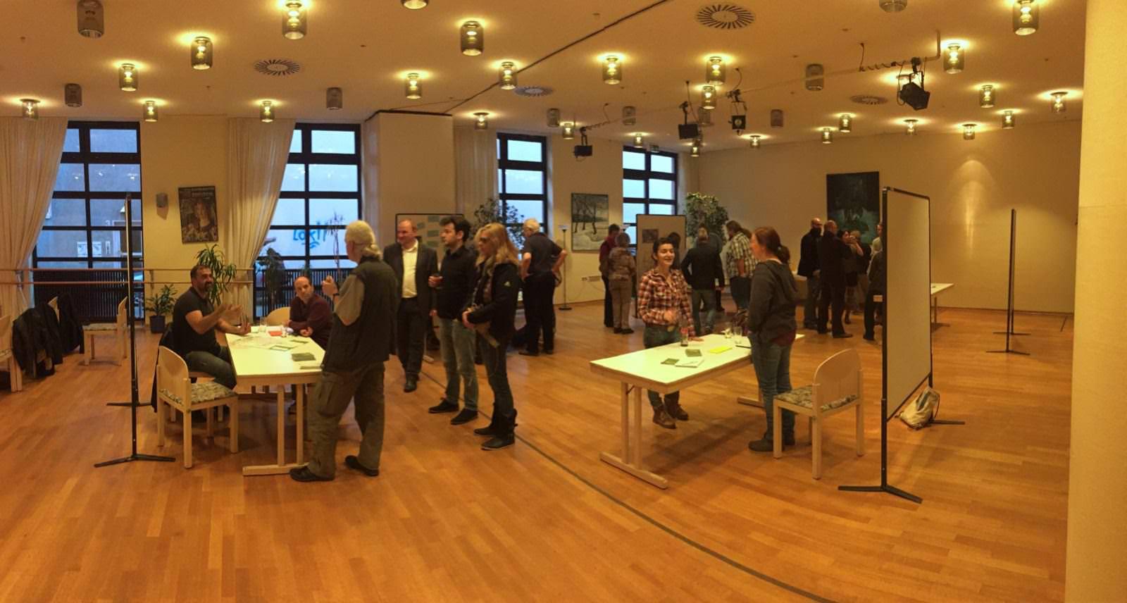 In lockerer Runde konnte an den Tischen über Ideen für den Neumarkt diskutiert werden | Foto: M. Schülke