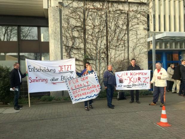 Die Mieter vom Adolf-Damaschke-Ring und der Carl-Benz-Straße bringen ihre Plakate für die eintreffenden Aufsichtsrätinnen und Aufsichtsräte in Stellung   Foto: Neckarstadtblog