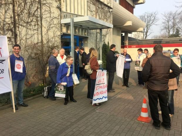Nikolas Löbel von der CDU (an der Tür) hatte es besonders eilig   Foto: Neckarstadtblog