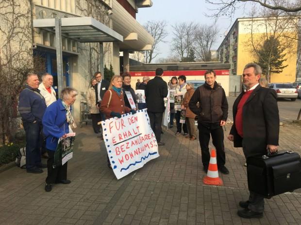 Roland Weiß von den Freien Wählern / Mannheimer Liste (ganz rechts) begutachtete zunächst überrascht die Plakate   Foto: Neckarstadtblog