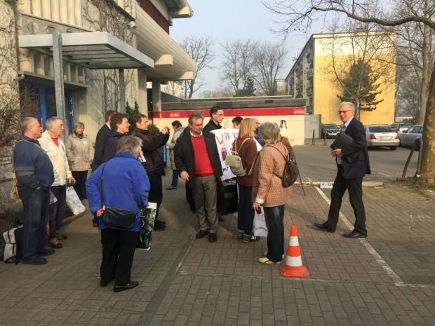 Als Reinhold Götz von der SPD (rechts im Bild) eintrifft, ist Herr Weiß (Mitte) noch ins Gespräch mit den Mietern vertieft   Foto: Neckarstadtblog