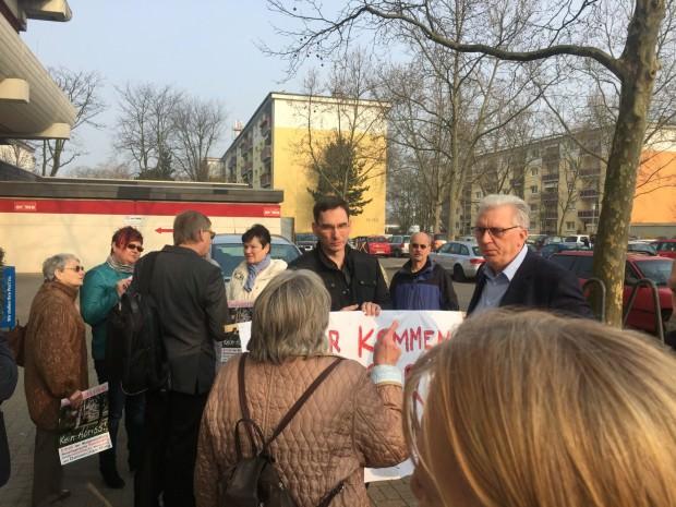 Reinhold Götz (rechts) und Thomas Trüper von der LINKEN (von hinten) im Gespräch   Foto: Neckarstadtblog