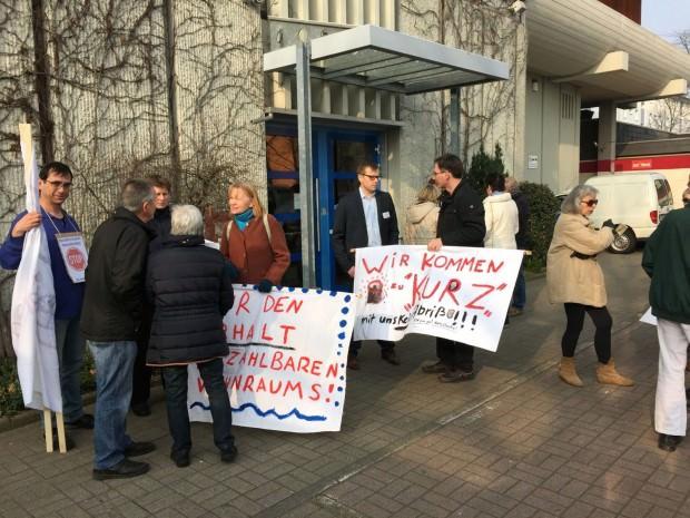 Auch nachdem alle Aufsichtsräte im Gebäude verschwunden sind, steht Unternehmenssprecher Christian Franke gesprächsbereit bei den anwesenden Mietern   Foto: Neckarstadtblog