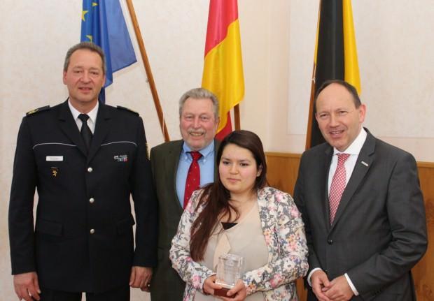 Polizeipräsident Köber, SiMA-Vorsitzender Prof. Schmidt und Erster Bürgermeister Specht mit der Geehrten Esra Altunkaya | Foto: Stadt Mannheim