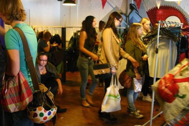 Eine deutlich entspanntere Atmosphäre als beim Sommerschlussverkauf herrscht beim Kleidertausch im FORUM | Foto: Kleidertausch