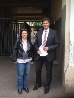 OB-Kandidat Peter Rosenberger und Bezirksbeirätin Karin Urbansky vor der LEA in der Industriestraße | Foto: Stalf