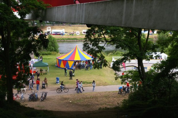 Von der Treppe zum Collinisteg wirkte das Fest am Neckarufer fast ein wenig versteckt | Foto: Neckarstadtblog