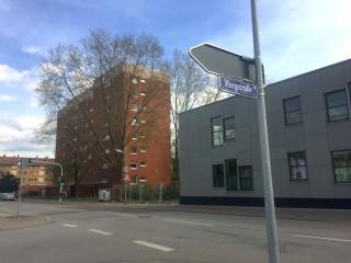 Links die Fußgängerampel, rechts die Uhlandschule | Foto: Neckarstadtblog