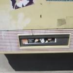 Benutzte Spritze in Ausgabeschacht eines Zigarettenautomaten platziert