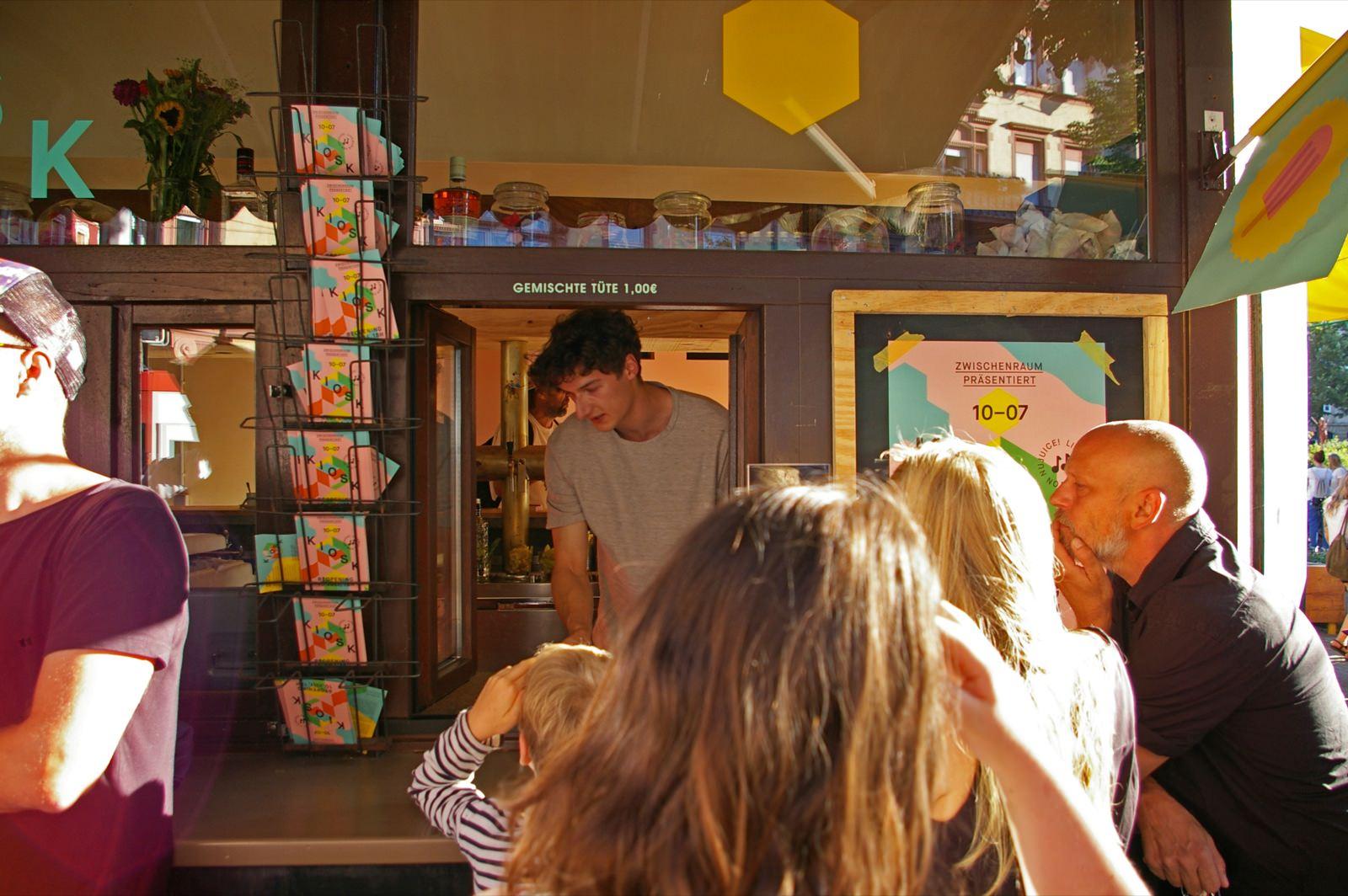Am Kiosk Schlangestehen für gemischte Tüte und Limo | Foto: M. Schülke