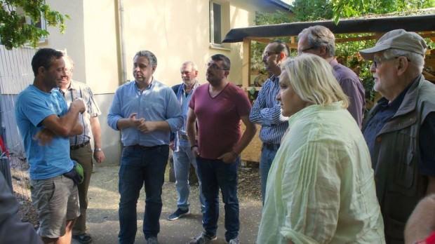 Thorsten Riehle und die Mitglieder des OV Neckarstadt-West lassen sich beim Rundgang über den Abenteuerspielplatz Erlenhof informieren   Foto: SPD Mannheim