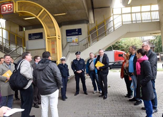 Der Stadtteilspaziergang nahm am Bahnhof Neckarstadt seinen Anfang | Foto: Stadt Mannheim, Thomas Troester
