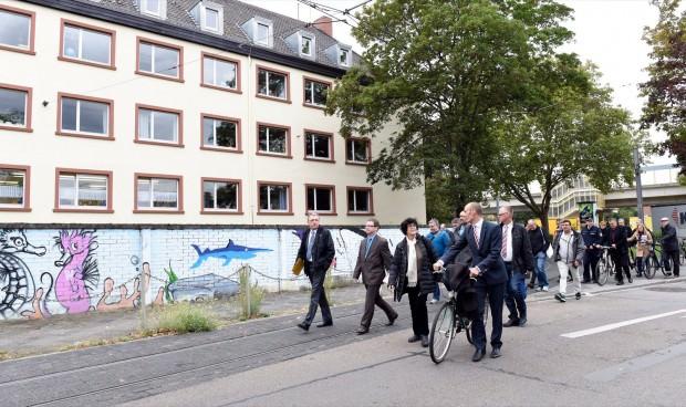 Der Oberbürgermeister Dr. Peter Kurz beim Stadtteilspaziergang in der Neckarstadt-West |  Foto: Stadt Mannheim, Thomas Troester