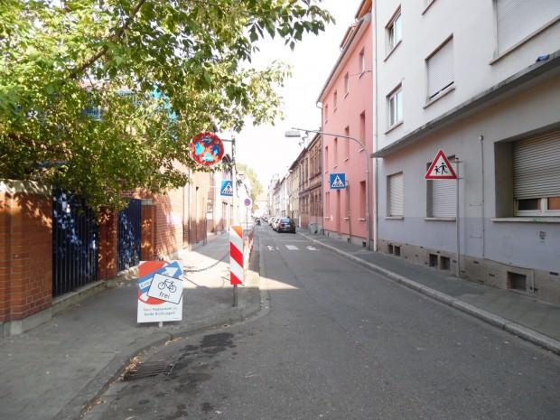 Plakate weisen auf neue Verkehrsregelung in der Neckarstadt-West hin, wie hier letztes Jahr in der Draisstraße | Foto: Stadt Mannheim