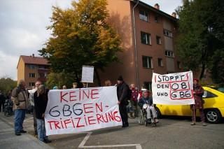 Demonstranten und Mieter vor den GBG-Häusern, die baldmöglichst abgerissen werden (Archiv) | Foto: Neckarstadtblog