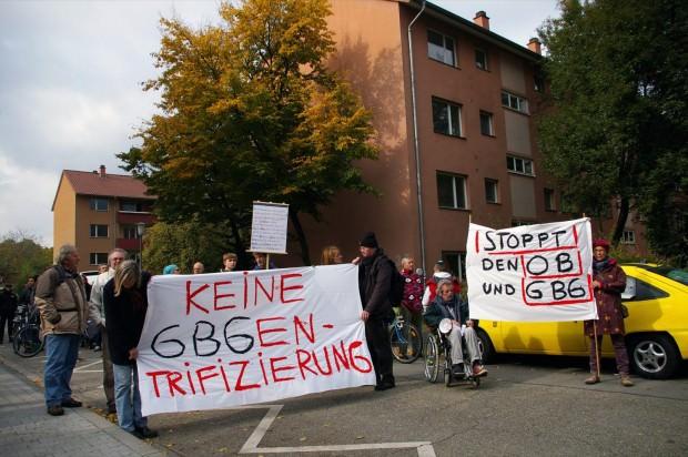 Die Demonstranten und Mieter vor den abrissgefährdeten GBG-Häusern | Foto: Neckarstadtblog