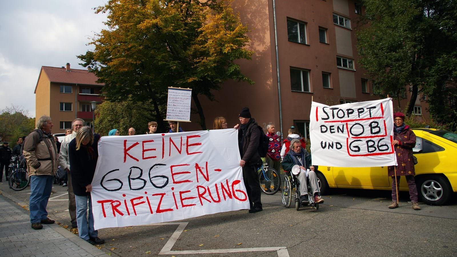 Die Demonstranten und Mieter vor den abrissgefährdeten GBG-Häusern | Foto: M. Schülke