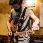 Mit Gitarre und Loopstation: Charlie Barnes