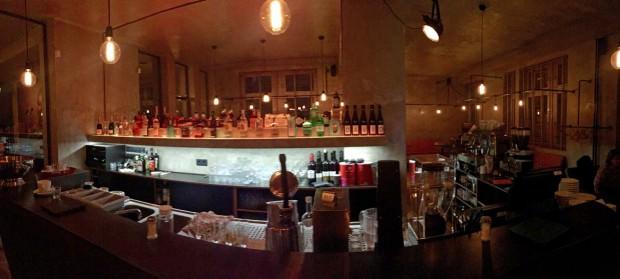 Der Blick über die Bar zu Tischen und Bänken zur rechten Seite, links geht es zum Raucherbereich und im Rücken gibt es genug Stehplätze für einen eiligen Espresso   Foto: Neckarstadtblog