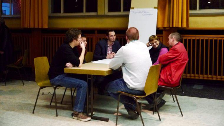 Quartiermanager Benjamin Klingler hört sich interessiert die Vorschläge der Wohlgelegener Bürger an | Foto: M. Schülke