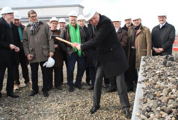 Der Hammer: Oberbürgermeister Dr. Peter Kurz schwingt ihn | Foto: Stadt Mannheim