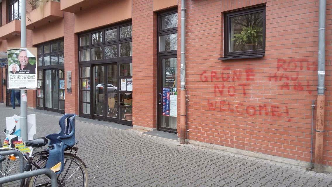 buergerhaus beschmiert e1602237859778 - Bürgerhaus mit politischen Parolen verunstaltet