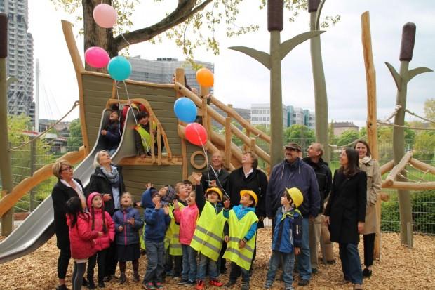 Bürgermeisterin Dr. Ulrike Freundlieb (2. Erwachsene von links) weiht das neue Außenspielgelände des Kinderhauses Neckarufer ein | Foto: Stadt Mannheim