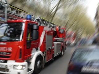 feuerwehreinsatz symbolbild 320x240 - Verletzte bei Brand eines Mehrfamilienhauses