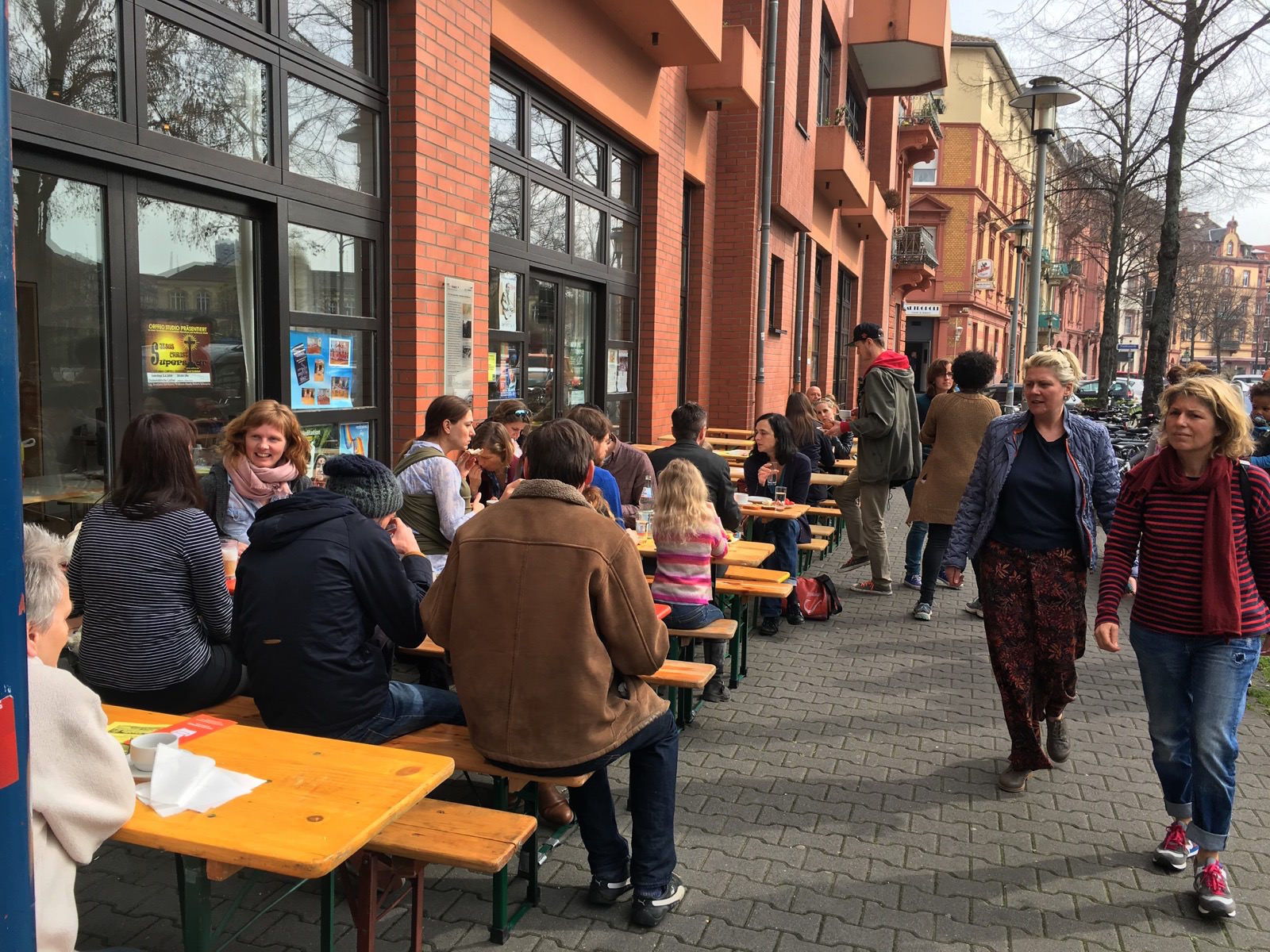 Bei herrlichem Frühlingswetter mit sommerlichen Temperaturen konnte der erste Kiez Brunch 2016 im Freien eröffnet werden | Foto: Nasrin Mir Shakkeh