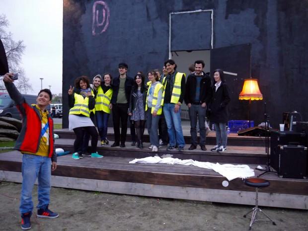 Das obligatorische Selfie mit Laura Carbone und den Banhofshelfern vor dem Einraumhaus | Foto: Neckarstadtblog