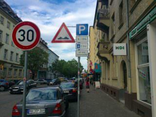 Bislang gilt im vorderen Bereich der Langen Rötterstraße: 2 Stunden mit Parkscheibe   Foto: M. Schülke