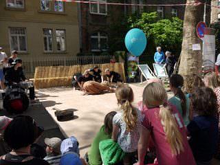 Gebannt beobachten die Kinder wie der Löwe die Bühne betritt | Foto: Neckarstadtblog
