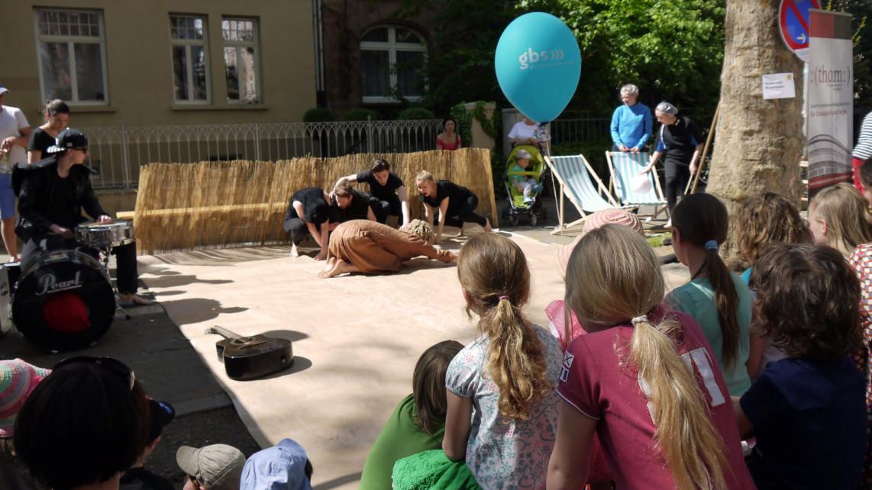 Gebannt beobachten die Kinder wie der Löwe die Bühne betritt   Foto: M. Schülke