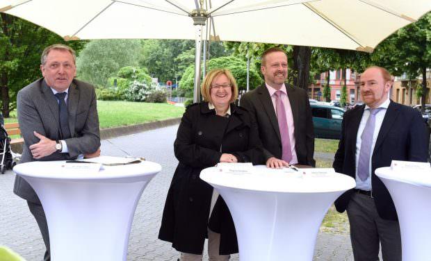 v.l. Oberbürgermeister Dr. Peter Kurz, Regina Hertlein (Caritas), Martin Metzger (Diakonie) und Gabriel Höfle (Quatiermanagement) | Foto: Stadt Mannheim / Thomas Tröster