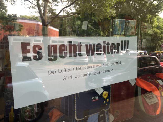 Die freudige Nachricht hängt in allen Schaufenstern aus | Foto: Neckarstadtblog
