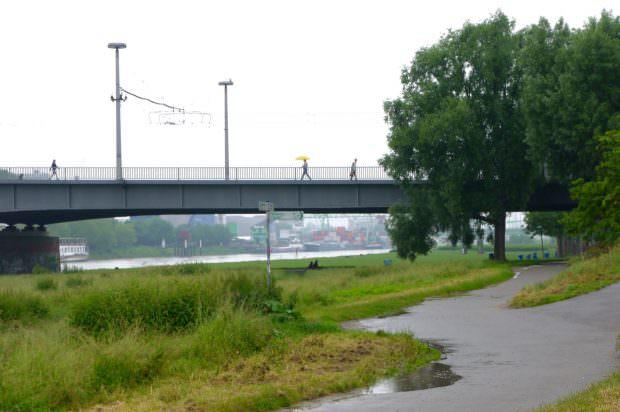 Unter der Kurpfalzbrücke haben Personen Zuflucht vor dem Regen gesucht, die im Fokus von Verdächtigungen stehen   Foto: Neckarstadtblog