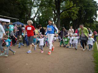 Die erste Runde des diesjährigen Schillerlaufs bestritten die allerjüngsten Mannheimer Krippenkinder gemeinsam mit der Bildungsbürgermeisterin und Schirmherrin Dr. Ulrike Freundlieb   Foto: Neckarstadtblog