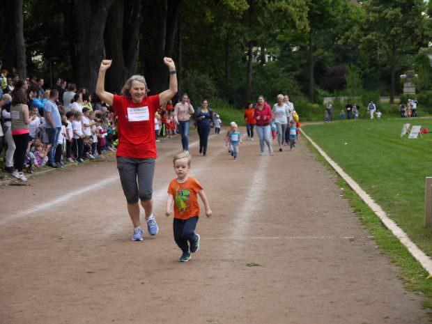 Bürgermeisterin Dr. Ulrike Freundlieb jubelt als Zweite beim Überqueren der Ziellinie   Foto: Neckarstadtblog