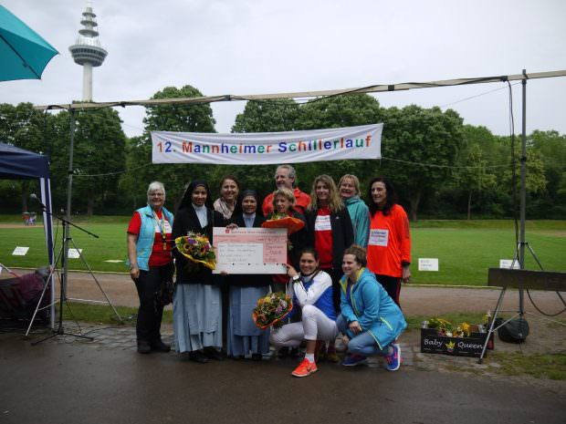 Die Schwestern Helani und Saneetha vom Bethanien-Orden nehmen den symbolischen 400-Euro-Scheck entgegen   Foto: Neckarstadtblog